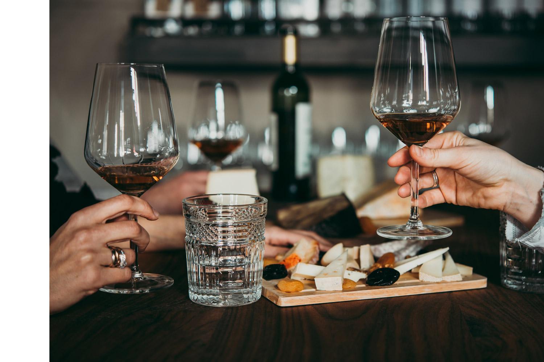 Genussszene mit Wein und Delikatessen