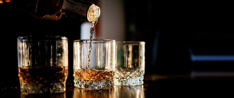 Whisky wird in ein Glas eingeschenkt