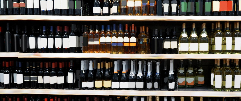 Regale voller Wein und Sektflaschen