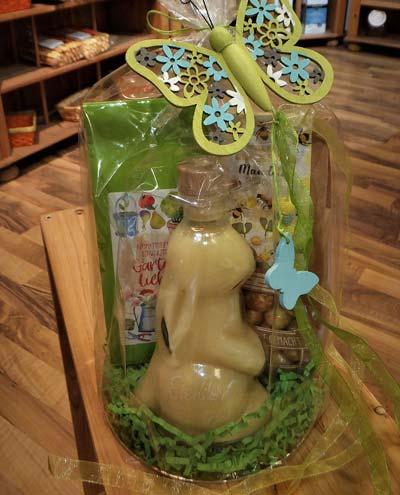 Geschenk Fruehlingsgruss mit Osterhasenflasche Eierlikoer Schoko-Mandeln und Tee