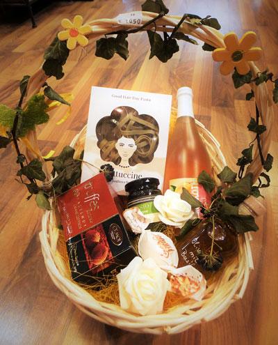 Geschenkkorb mit Pasta und Secco sowie weiteren Leckereien aus der Destille Ffb
