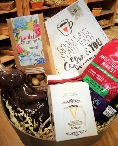 Geschenkkorb passend zur Osterzeit mit Schoko Creme und Kaffee sowie Mandeln Cappuccino-Art