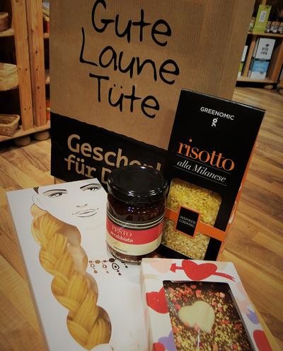 Gute Laune Geschenkverpackung mit Pasta Pesto Risotto und Schokolade