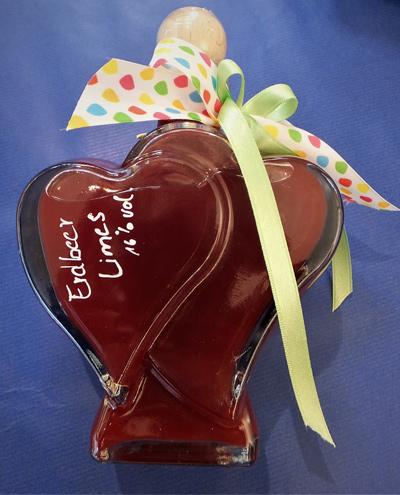 Herzflaschen befuellt mit Erdbeer Limes aus der Destille FFB