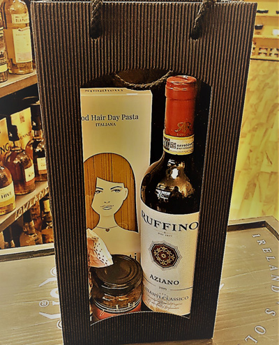 Geschenktuete mit Rotwein Pasta Pesto und Amarettini